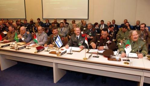 Fraternellement réunis à la 166ème session du Comité militaire de l'OTAN à Bruxelles, des généraux algériens, égyptiens et israéliens côte à côte (janvier 2012)