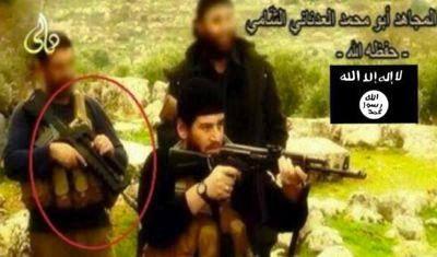 Sur cette photographie diffusée par l'Émirat islamique, on voit un de ses combattants armé d'un Famas français alors que Paris nie tout contact avec cette organisation. En réalité, la France a armé l'Armée syrienne libre avec instruction de reverser les deux-tiers de son matériel au Front Al-Nosra (c'est-à-dire à Al-Qaïda en Syrie), ainsi que l'atteste un document fourni par la Syrie au Conseil de sécurité de l'Onu. Par la suite plusieurs unités d'Al-Nosra se sont ralliées avec leurs armes à l'Émirat islamique. En outre, contrairement aux déclarations officielles, le commandant de l'Émirat islamique, l'actuel calife Ibrahim, cumulait ses fonctions avec celles de membre de l'état-major de l'Armée syrienne libre.