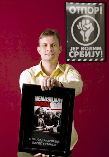 Srdja Popovic tenant la version serbe de « La lutte non-violente en 50 points »